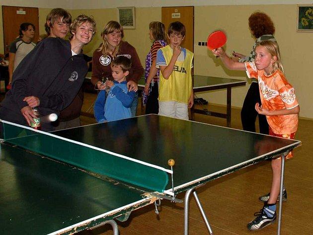Turnaj ve stolním tenise. Sportovci byli neustále v obležení fanoušků
