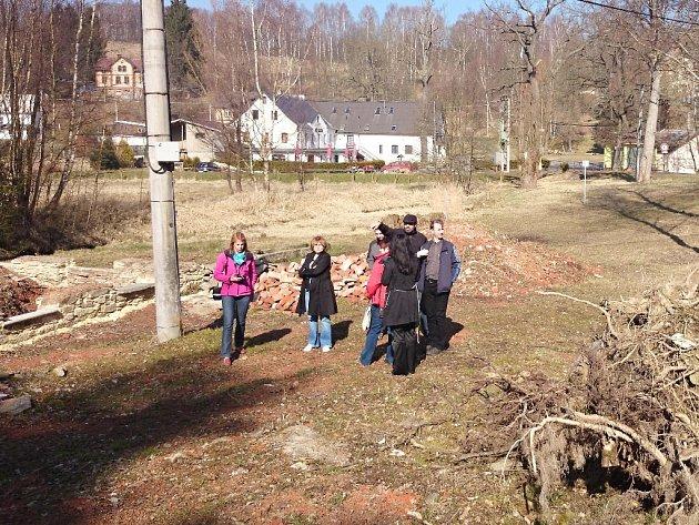 Část stezky v údolí Halštrova u objektu bývalé papírny.