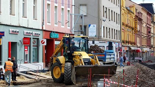 CHEBSKÁ PĚŠÍ ZÓNA! Druhá etapa rekonstrukce pěší zóny, na které se právě pracuje,  řeší úsek od Májové ulice po náměstí Krále Jiřího z Poděbrad.