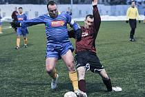 Chebský Sedlák (vlevo) bojuje s hráčem Nového Sedla