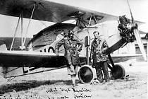 Štábní kapitán Josef Hamšík na chebském letišti s letounem Avia BH-39, který úspěšně předváděl po celé Evropě