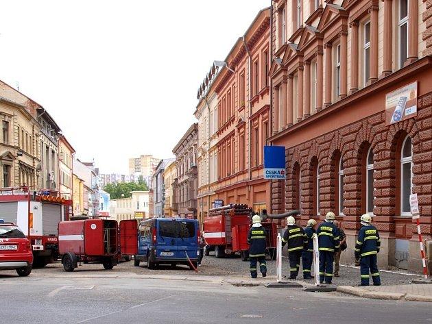 Hasiči museli ve středu 20. května likvidovat požár v budově České spořitelny v Chebu