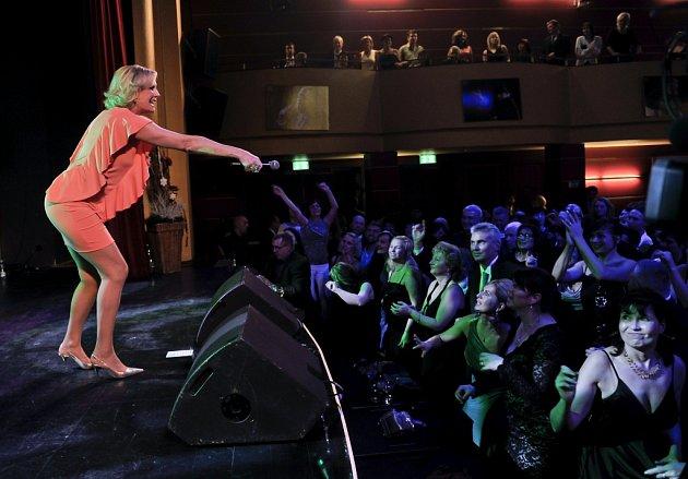 V Kulturním centru Svoboda Chebu se na městském plesu představily pěvecké celebrity