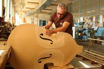LIDÉ si o víkendu mohli prohlédnout zázemí výrobny hudebních nástrojů Strunal Schönbach v Lubech. V prostorách městského úřadu se pak pokochali novou expozicí historických hudebních nástrojů.