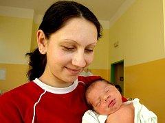 PETR KOVÁČ bude mít v rodném listě datum narození sobotu 9. října, 0.35 hodin. Při narození vážil 2900 gramů a měřil 47 centimetrů. Z malého Petříčka se těší doma v Teplé bráška Ondrášek, maminka Lenka a tatínek Ondřej.