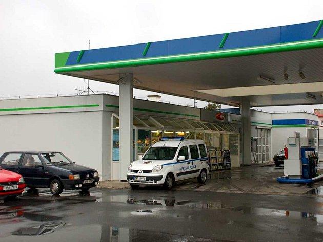 Přepadenou mariánskolázeňskou čerpací stanici ÖMV v Plzeňské ulici kontrolovali ještě v osm hodin ráno městští strážníci