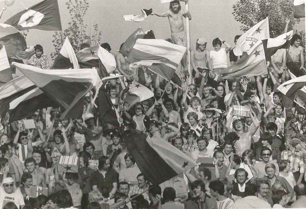 Utkání v Chebu mívala vždy velkou diváckou kulisu, jako na snímku z 15. srpna 1979 před zápasem s Plastikou Nitra.