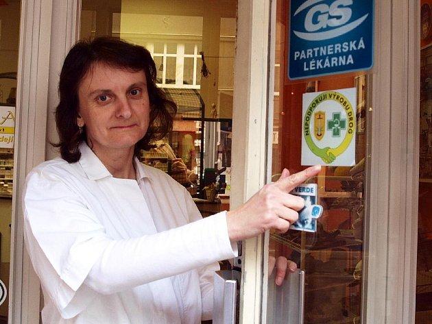 Farmaceutická asistentka Věra Strachová (na snímku) z chebské lékárny na Evropské ulici ukazovala, že již mají nálepku na dveřích. Potvrdila, že zatím lidé o projektu příliš nevědí, a tak se na to, co je jeho cílem, neptají.