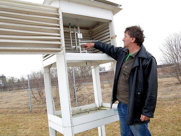 Několik návštěvníků obdivovalo o víkendu meteorologické přístroje na chebské meteorologické stanici. Konal se tu den otevřených dveří.