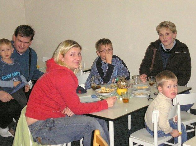 BESEDA SE  LÍBILA.  Přednášku  o zdravém životním stylu si na 3. mateřské škole v Chebu užívali dospělí i děti.