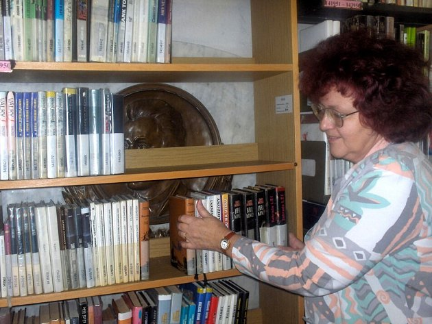 DESKA JE STÁLE SCHOVANÁ. Vedoucí knihovny, Marie Mudrová ukázala, že je pamětní deska Dominika Kreuzingera stále schovaná ve skladu za regály s knihami.