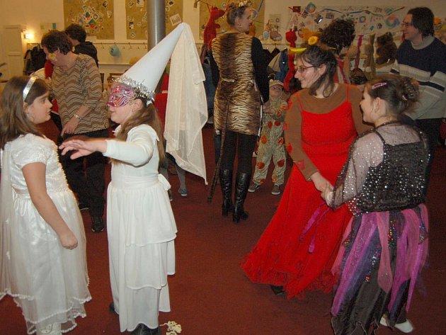 Desítky dětí i dospělích si užívaly plesovou pohodu na maškarním bále v Chebu. Ten se uskutečnil na faře Římskokatolické farnosti u kostela svatého Mikuláše v Chebu.