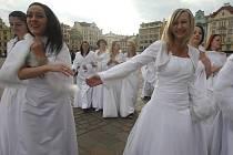 Průvod nevěst, který je součástí svatebního veletrhu v Plzni