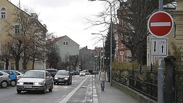 MATE ŘIDIČE?   Na dopravní značku, která  od letošního léta  označuje  cyklostezku v  ulici  Obrněné brigády,  hřeší  někteří řidiči. Jízdou v protisměru  si zkracují  cestu na chebské náměstí.