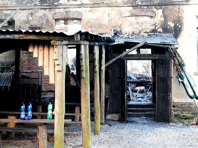 OHOŘELÁ BUDOVA Klubíčka po loňském květnovém požáru, po kterém z ní zbylo pouze ohořelé torzo.