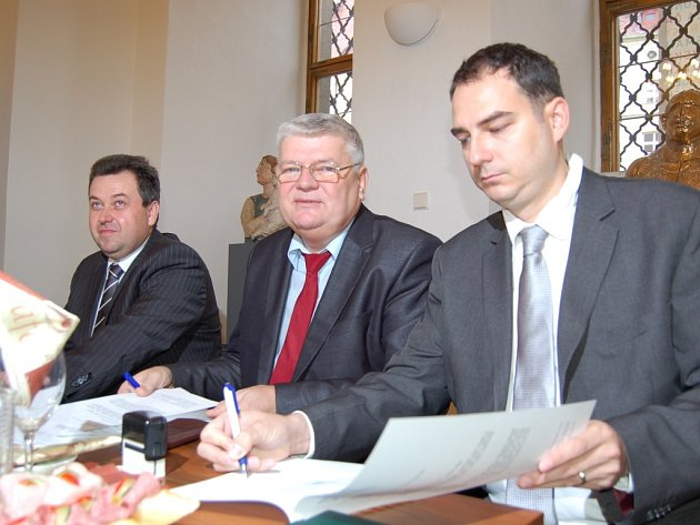 Zástupci občanského sdružení Český novinářský klub (ČNK) a Hornouralského kraje zde podepsali smlouvu pro rozvoj partnerství v mediální oblasti.