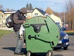 MÍSTNÍ bezdomovec si v pondělí kolem dopoledne vyhlédl popelnici v Havlíčkově ulici v Chebu. Neváhal ani minutu a pustil se do hledání ´pokladů´.
