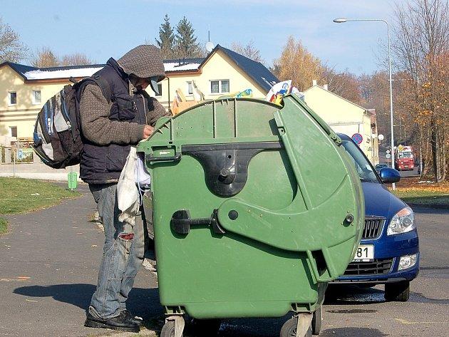 MÍSTNÍ bezdomovec si vpondělí kolem dopoledne vyhlédl popelnici vHavlíčkově ulici vChebu. Neváhal ani minutu a pustil se do hledání ´pokladů´.