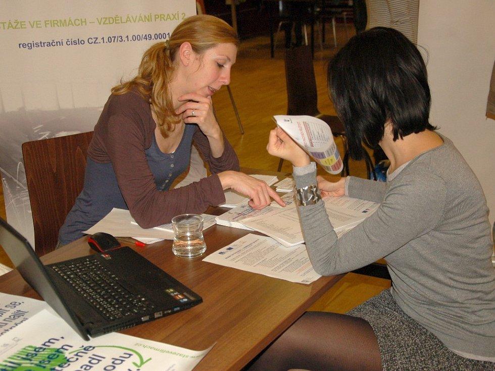 Získat co nejvíce informací o pracovních příležitostech v regionu mohli včera studenti v Chebu. Konal se zde totiž první ročník Burzy pracovních příležitostí, kterou připravila Krajská hospodářská komora.