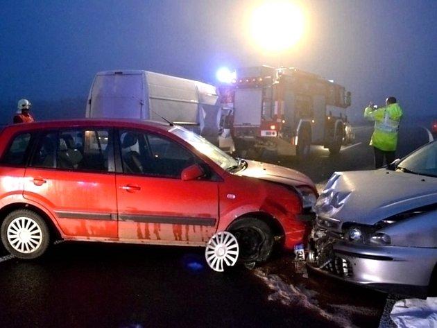 Řetězová nehoda zablokovala silnici u Chebu.