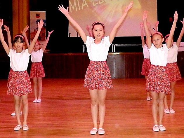 TANEČNICE z Chebu si na soutěži v Kulturním centru Svoboda vybojovali druhé místo.
