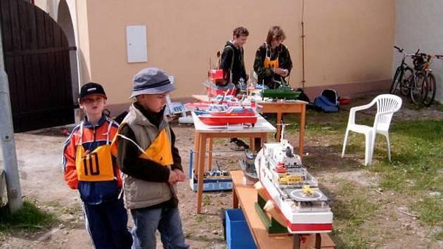 Lodní modeláři připravují v Chebu na řece Ohři u Písečné brány závody RC modelů lodí. Foto: archív lodních modelářů