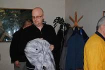 Končím a skládám mandát, je to jen fraška, oznámil hranický zastupitel Jaroslav Moravec a ukončil tak mimořádné jednání, které bylo ve znamení hádek a obviňování.