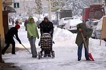Úklid sněhu na chodníku v Mariánských Lázních