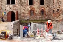 ÚPRAVY PODHRADÍ u hradu Vildštejn ve Skalné trvaly rok a půl a vyšly na 40 milionů korun.
