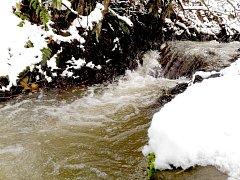 V podzemních rezervoárech je v tuto chvíli maximální množství vody. Napomohly k tomu deštivé měsíce září a říjen a také současná sněhová nadílka. Více vody protéká také potoky a řekami, protože se už nemá kam vsakovat.