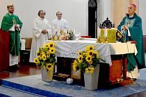 Děkovná bohoslužba u příležitosti letošních jubileí prvního plzeňského biskupa Františka Radkovského se konala v karlovarském kostele Povýšení svatého Kříže.