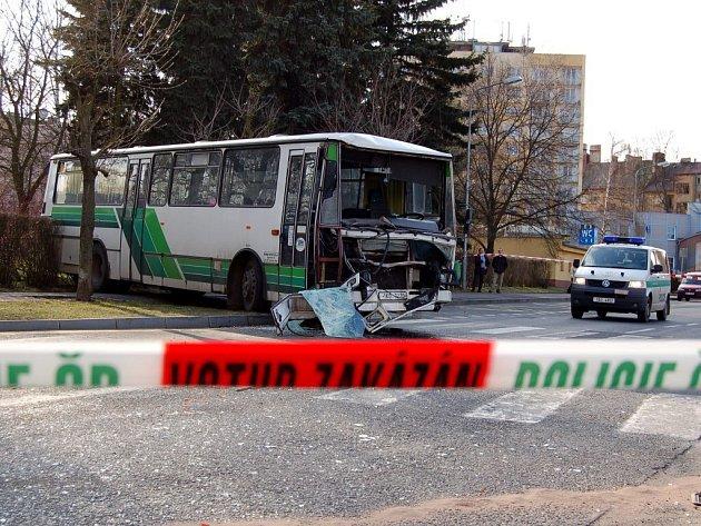 DOPRAVNÍ NEHODY se nevyhýbají autobusům ani vlakům. Obecně ale platí, že hromadná doprava je bezpečnější než individuální.