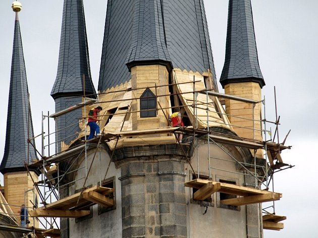 Nové helmice chebského chrámu budou po dokončení  nasvícené