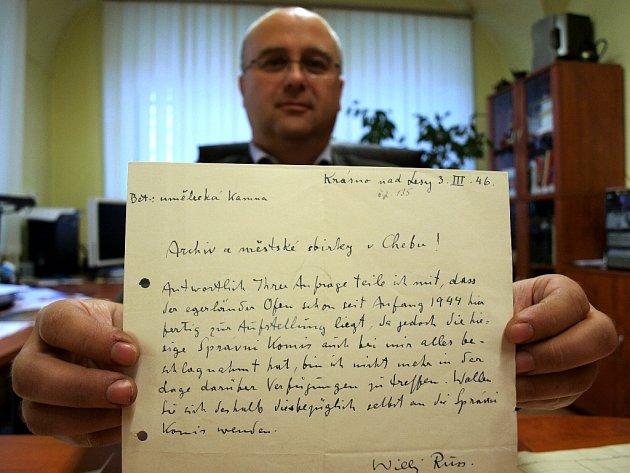 V ARCHIVU je uložený i dopis z 3. března 1946, kde Willy Russ píše, že jsou kamna připravena k převozu do Chebu již od roku 1944. Tehdy se tak nestalo kvůli obavám z bombardování města.