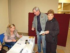 Členové volební komise čtvrtého okrsku ve Františkových Lázních v pátek evidovali zájem občanů.