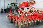 Opravit zemědělskou techniku bude odteď mnohem jednodušší. Pracovníkům Školního statku a Krajského střediska ekologické výchovy v Chebu se totiž otevřela zbrusu nová hala pro opravy těchto zemědělských obrů. Výstavba vyšla na 19 milionů korun.