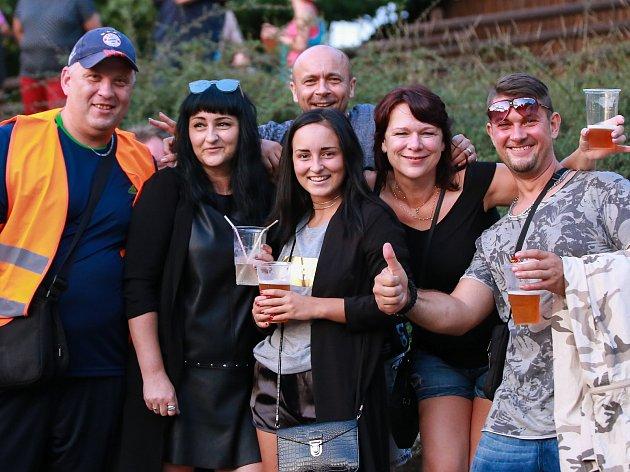 Spousta zábavy čekala na všechny, kteří v sobotu dorazili do Skalné. Město připravilo Letní slavnosti s bohatým programem. Nejdříve vystoupila skupina From, Mňága a Ždorp a vrcholem slavností bylo vystoupení kapely Kroky Michala Davida.