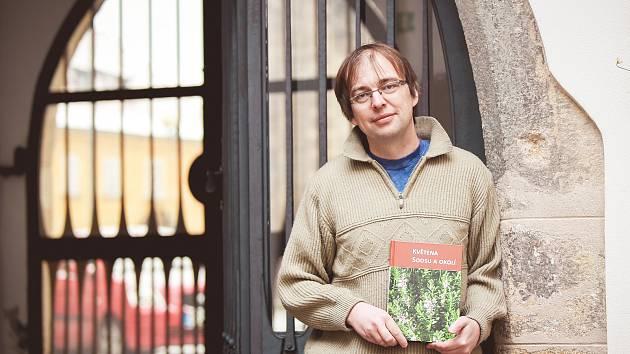 """KVĚTENA SOOSU A OKOLÍ. Jiří Brabec je jedním z editorů publikace, kterou je možné koupit vMuzeu Cheb. """"Expozici máme zavřenou zdůvodů rekonstrukce. Nicméně je možné vpracovní době zazvonit u služebního vchodu zKostelní ulice a knihu koupit v sekretari"""