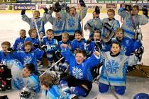 MLADÍ hokejisté TJ Stadion Cheb se takto radovali po vítězství nad  karlovarskými mladíky.