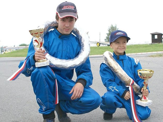 ÚSPĚŠNÍ motokárový jezdci Top Kart Cheb: Honzík Maleček – 6 let  a Emil Minář – 16 let (zprava).