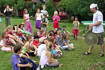 NABÍDKA JE PESTRÁ!  Rodiče mohou svým ratolestem vybrat z velkého množství  také tématických letních táborů. Děti se na nich nemají šanci nudit.