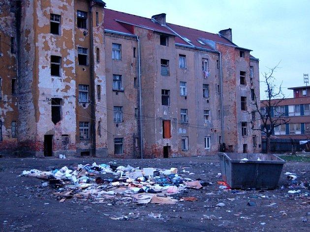 WOLKEROVA ULICE V CHEBU je označována za romské ghetto. Na snímku je dvůr.  Nikdo si s ním zatím neví rady. Domy navíc patří soukromému majiteli.