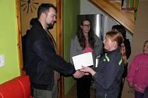 RODINĚ se rozhodla pomoci také Medvíďata – mladí hasiči z Milíkova. Děti zhotovily výrobky, které následně prodávaly.