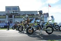 Krátce před startem jednoho ze závodů mistrovství Německa v Supermoto na okruhu v Kartaréně u Chebu.