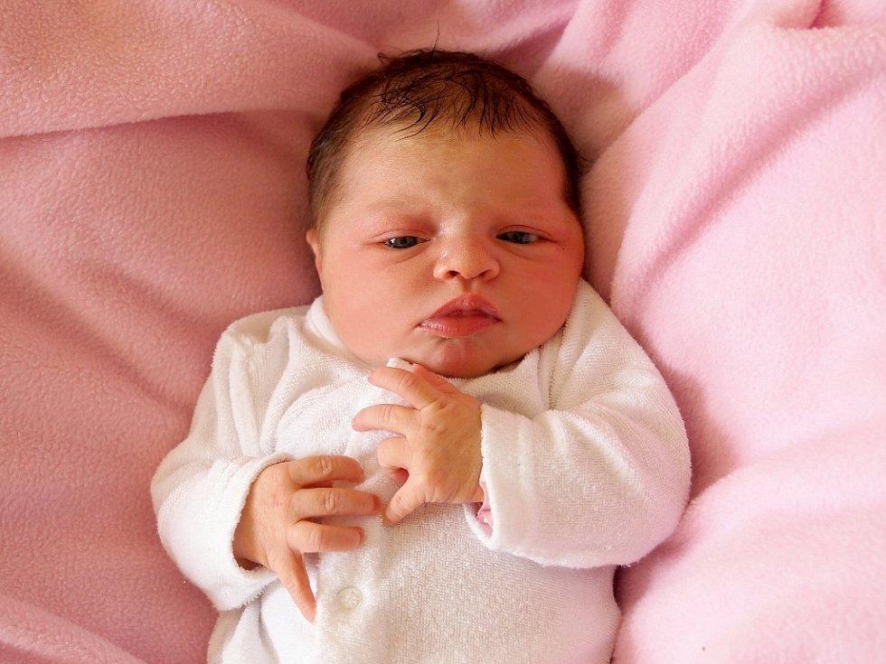 LUCIE KOHOUTOVÁ bude mít v rodném listě datum narození úterý 1. dubna v 4.05 hodin. Na svět přišla s váhou 3 400 gramů a mírou 50 centimetrů. Maminka Kateřina a tatínek Josef se radují z malé Lucinky doma v Chebu.