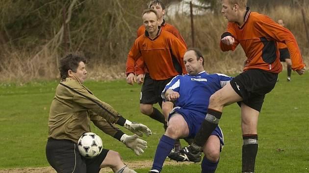 PETR DOHNAL (vlevo)  – brankář Hroznatova – čelí akci vintířovského útočníka. Hroznatovský gólman musel dvakrát lovit míč ze své sítě, když s Vintířovem prohrál 0:2.