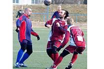 REGIONÁLNÍ DERBY mezi Unionem Cheb a hazlovskou Jiskrou skončilo na karlovarském turnaji nerozhodně 1:1. Na snímku je souboj chebského Sládečka (vlevo) s hazlovským Drakslem.