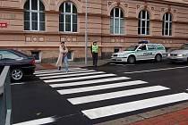 PRVNÍ ŠKOLNÍ DNY dohlíželi na bezpečnost dětí u škol policisté a strážníci. Školáci jsou po prázdninách ještě rozjívení, řidiči se musí také přizpůsobit většímu ruchu.