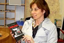 OLGA KUPEC Z FRANTIŠKOVÝCH LÁZNÍ ukazuje originál publikace  Divoká hranice. V současné době knihu, která vyšla minulý rok, překládá do češtiny.