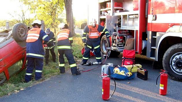 NA DOPRAVNÍ NEHODY jsou tepelští dobrovolní hasiči připraveni, tento fakt ukázalo závěrečné prověřovací cvičení, při kterém čtveřice hasičů obstála na jedničku.